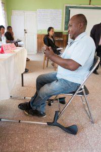 Teilnehmer mit körperlicher Beeinträchtigung, der gebärdet
