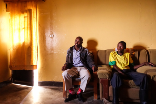 Zwei Mitarbeiter eines Behindertenverbandes im Distrikt Rutsiro