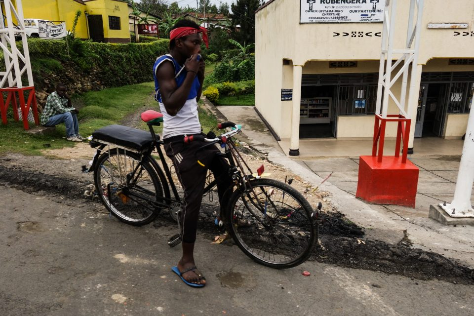 Fahrradfahrer am Straßenrand auf dem Rückweg nach Kigali