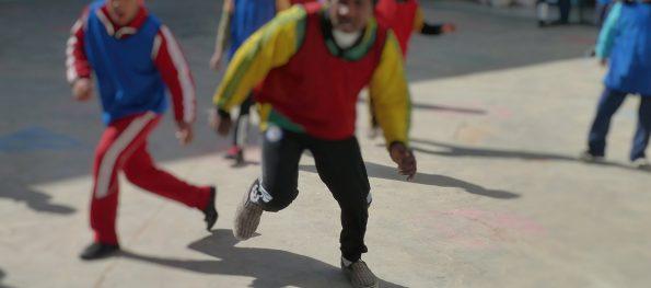 Jugendliche beim Fußballspielen