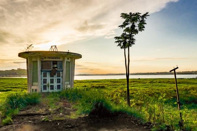 Bild mit Haus, Baum und dem Fluss Kongo