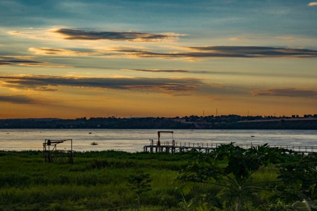 Ein Pier und ein Gerüst am Fluss Kongo